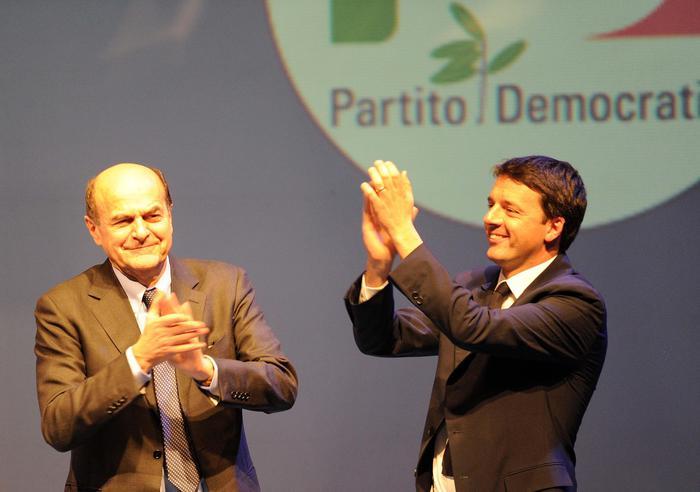 Il segretario del Pd e candidato premier del centrosinistra Pierluigi Bersani, e il sindaco di Firenze Matteo Renzi (d), sul palco dell'Obihall di Firenze, dove i due sono protagonisti di una iniziativa elettorale congiunta, 1 febbraio 2013.  ANSA/ CARLO FERRARO